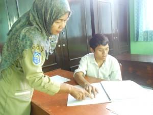 Seorang siswa SLB Selagalas sedang mengikuti UN SMP. foto ; dokumen