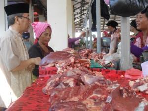 Kepala Dinas PKP Kota Mataram H. Mutawalli sedang sidak ke pasar