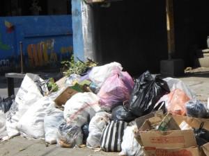 Salah satu potret tumpukan sampah di jalan lingkungan kota Mataram