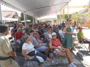 wisatawan asing sedang menyaksikan Festival Senggigi beberapa waktu lalu
