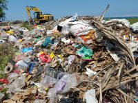 Ratusan Ton Sampah Dibuang Dekat Taman Wisata, PKL Rugi