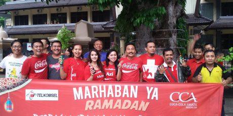 Coca Cola dan Telkomsel Berbagi Takjil di Mataram