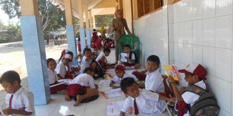Fasilitas Sekolah Kurang, Siswa Terpaksa Belajar di Teras Sekolah