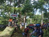 Asyiknya Bersepeda Melintasi Alam di Kawasan Kaki Gunung Rinjani