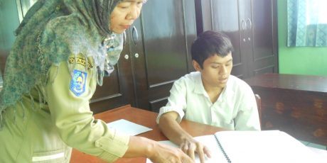 Siswa Penyandang Disabilitas Dapat Lembar Jawaban Braille