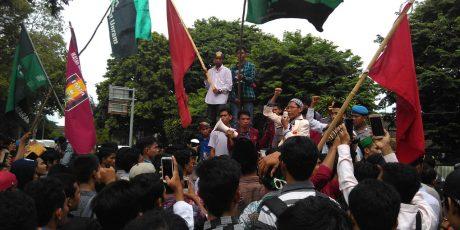 Aksi Damai Digelar di Mataram, Ratusan Mahasiswa Datangi Polda NTB