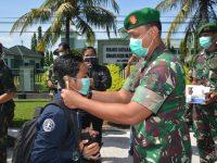 Danrem 162/WB Bersama Persit KCK Bagi-bagi Masker ke Pengguna Jalan