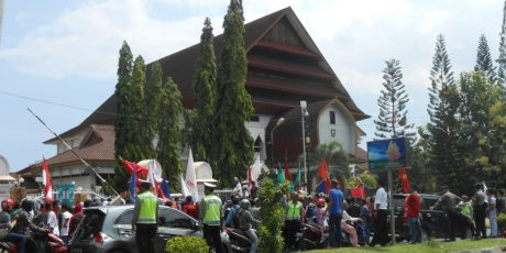 Hardiknas, Kantor DPRD NTB Dikepung Massa Aksi
