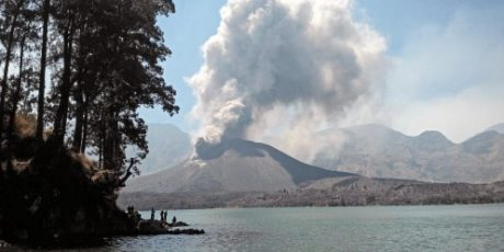 Status Gunung Jari Meningkat, Wisatawan dan Ratusan Umat Hindu Dievakuasi