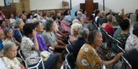 Penghuni Panti Jompo Tresna Wedha Berlebaran di Panti
